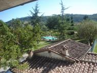 Vista Piscina e Giardino da Agriturismo